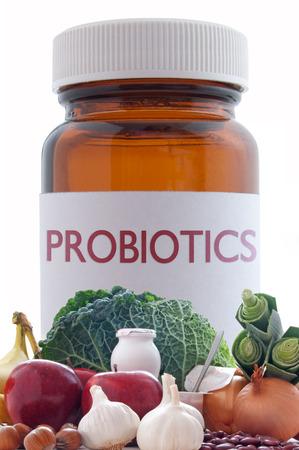 bacterias: Alimentos ricos en probi�ticos o prebi�ticos con un frasco de medicina de la p�ldora en el fondo