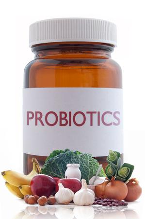 medicina: Alimentos ricos en probi�ticos o prebi�ticos con un frasco de medicina de la p�ldora en el fondo