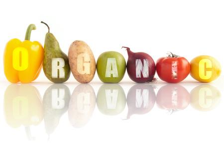 白い背景の上の果物や野菜の行を使用して記述された有機の単語