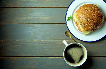 bocadillo: Sándwich rústico con el café y el espacio para el texto