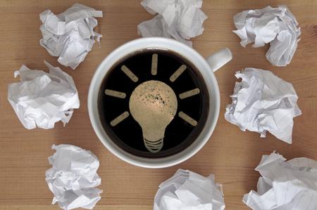 inspiracion: símbolo de la bombilla dentro de una taza de café que simboliza nueva idea