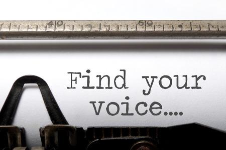 Vind uw stem afgedrukt op een ouderwetse schrijfmachine Stockfoto - 43683536