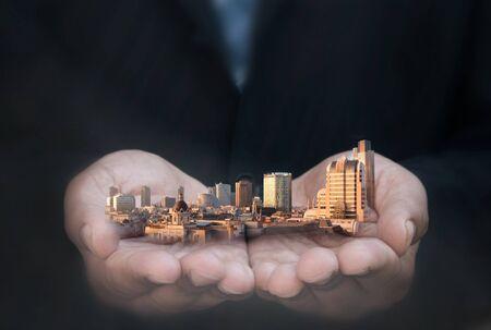 prosperidad: Hombre de negocios la celebración de rascacielos y edificios de la ciudad Foto de archivo