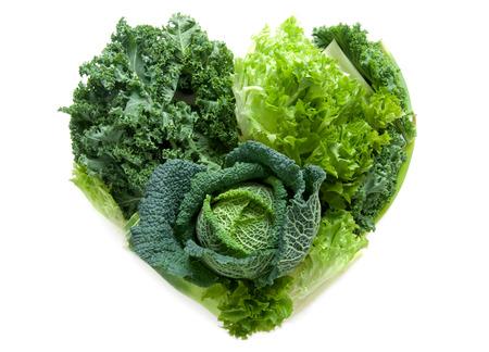 légumes verts: légumes sains verts dans la forme d'un c?ur isolé sur un fond blanc
