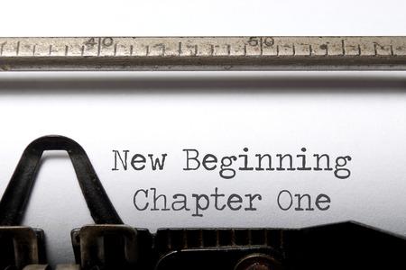 Neu beginnen Kapitel eins auf einer Schreibmaschine gedruckt Standard-Bild