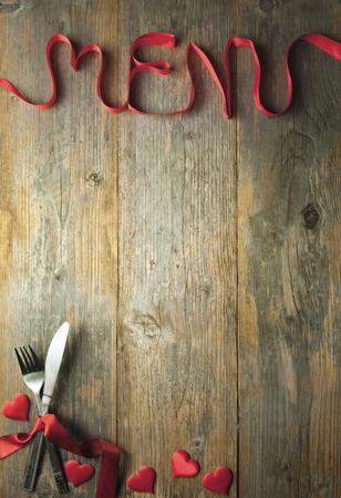 Valentine menu achtergrond gemaakt van rode strik met bestek en snuisterijen Stockfoto