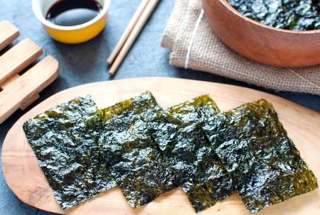 algas marinas: aperitivos de obleas algas en una tabla de madera