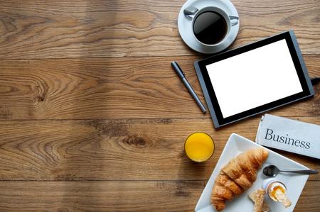スペースの木製の背景にデジタル タブレットでビジネス朝食 写真素材