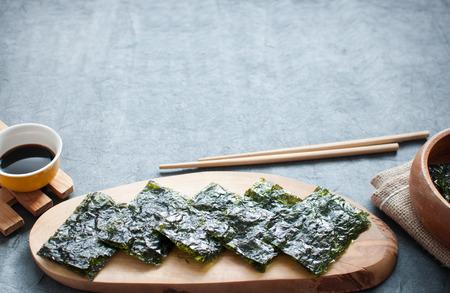 botanas: aperitivos de obleas algas en un bloque que sirve con espacio de copia