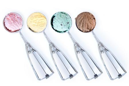 Eiscremeschaufeln über einen weißen Hintergrund