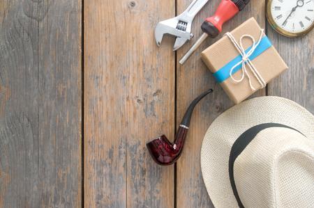 Vaders dag gift box met meer dan een houten achtergrond met ruimte