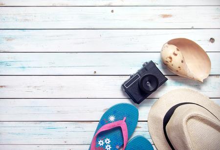 休暇の項目などサングラス、カメラ空間で白い木製の板に