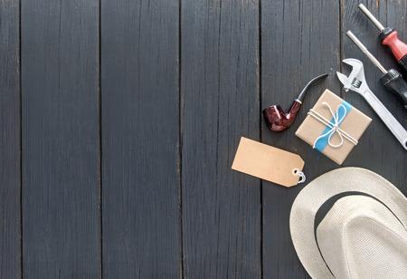 ラベルの付いた木製の背景に青いリボンで結ばれる父の日ギフト ボックス