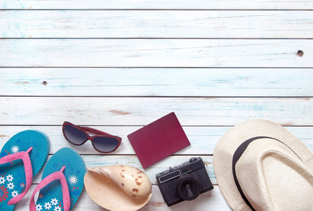 voyage: Summer travel vacation accessories, inluding sunglasses, passport and camera, over a wooden background with space Banque d'images