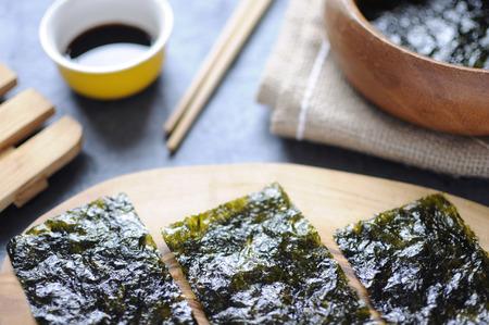 algas marinas: aperitivos de obleas algas en un primer plano tabla de madera