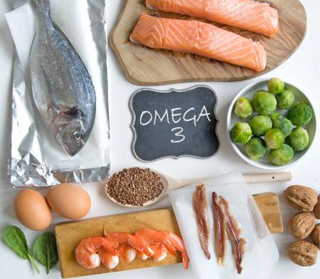 Het verzamelen van voedingsmiddelen met een hoog vetzuren omega 3 met inbegrip van vis, groente en zaden Stockfoto