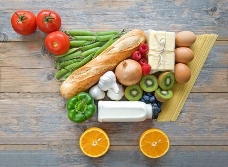 alimentacion balanceada: Carrito de la compra de comestibles Forma a partir de alimentos y bebidas Foto de archivo