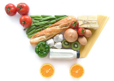 alimentacion balanceada: Carrito de la compra de comestibles símbolo hecho de alimentos