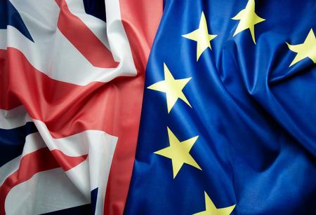 Concepto Brexit, Reino Unido y la bandera europea junto Foto de archivo - 61017623