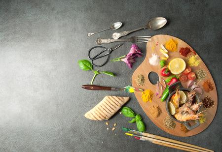 Ingredienti freschi che cucinano tra le erbe e spezie su una tavolozza di gelatina con spazio Archivio Fotografico - 81147518