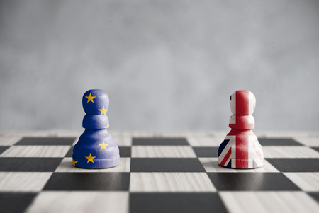 Twee pionnen met Britse en Europese vlaggen op een schaakbord