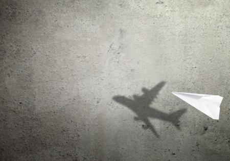 Concepto de sombra de avión de papel