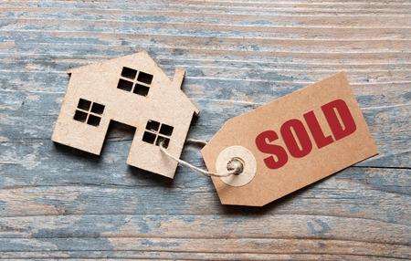 Kleines Haus mit verkauftem Etikett