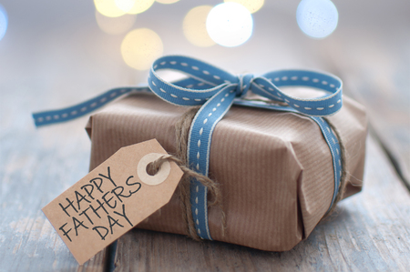Gift box with fathers day greeting Standard-Bild - 124679909