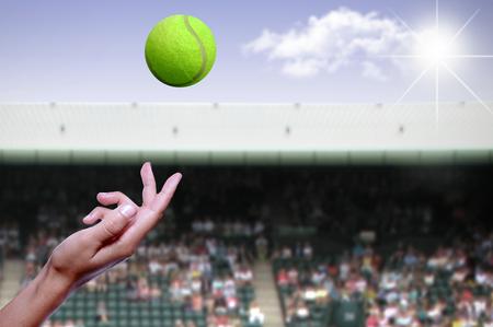 Tennisball wird während eines Spiels in die Luft geworfen