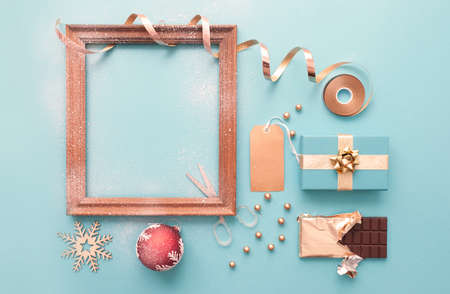 Decorative christmas picture frame background with gifts and wrapping accessories Standard-Bild