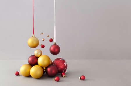 Abstract red and gold christmas baubles background Standard-Bild