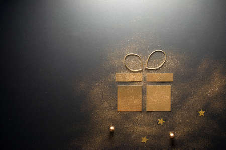 Decorative gold gift box icon made with glitter and card Standard-Bild