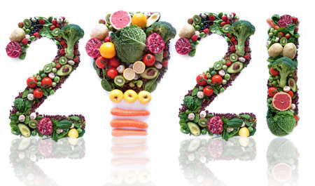 2021 made of fruits and vegetables including a light bulb icon Foto de archivo