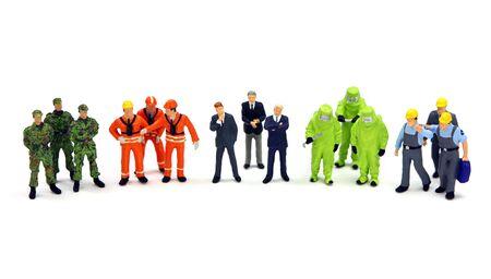 hazmat: Un gruppo eterogeneo di lavoratori in piedi in una riga su uno sfondo bianco. Concetto di diversit� o il lavoro di squadra.