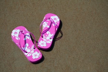 break: Pink flip-flops on the sand at the beach Stock Photo