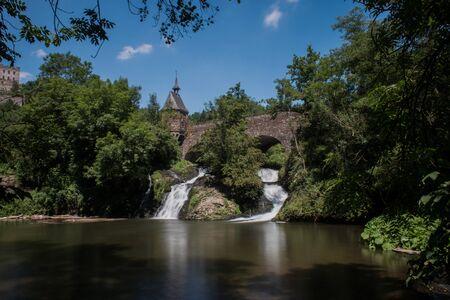 waterval onder de brug Stockfoto