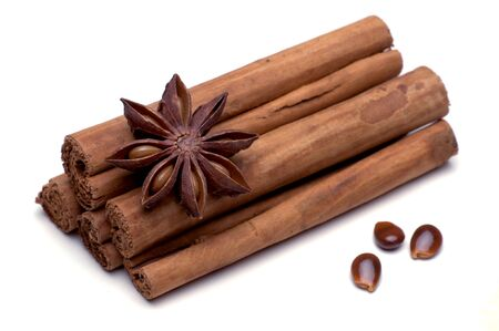 christmas scent: Star anise and cinnamon sticks isolated against weiem background