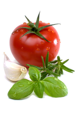 garlic cloves: Tomato with garlic cloves, rosemary and basil isolated against white