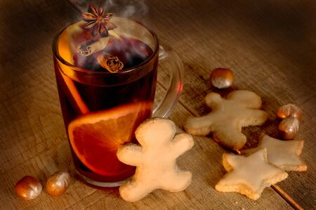 Mulled wine with spices and Christmas cookies Stok Fotoğraf - 44262743