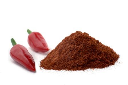 rote: Feurig rote Chilischoten und Chilipulver freigestellt