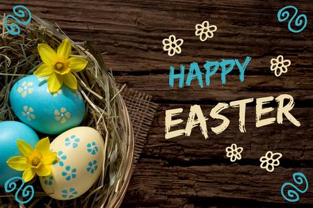 Osternest auf verwittertem Holz mit Schriftzug Happy Easter