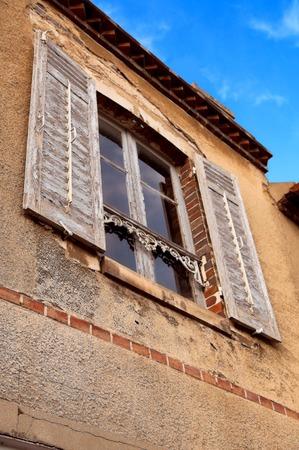 Venster van een oud huis in Frankrijk