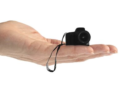 Hand houden van een kleine camera op wit wordt geïsoleerd