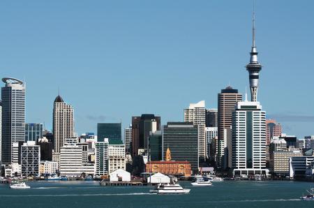 Auckland stad centrale zakenwijk waterkant met de Sky Tower op de achtergrond