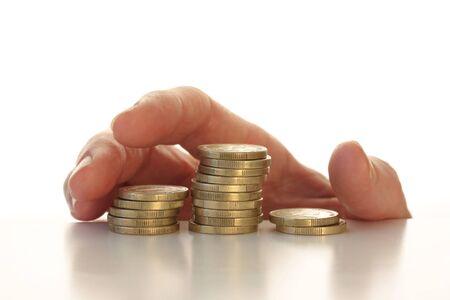 Stiekeme hand die voor sommige munten bovenste helft van de foto op wit wordt geïsoleerd Stockfoto - 42508408