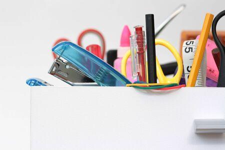 tijeras: Recto vista de los contenidos de colores del cajón de escritorio con espacio de copia Foto de archivo