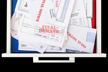factura: Vista elevada de un cajón lleno de facturas pendientes de pago Foto de archivo