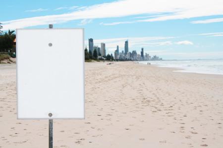 Brede lege strand en leeg bord in Australië