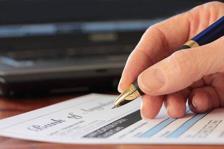 Hand met pen invullen van een formulier bank vorm zijn fictief gemaakt door fotograaf Stockfoto