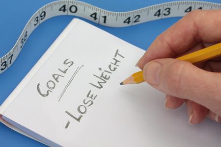 Maken van een notitie om gewicht te verliezen, na de onaangename resultaten met de meetlint